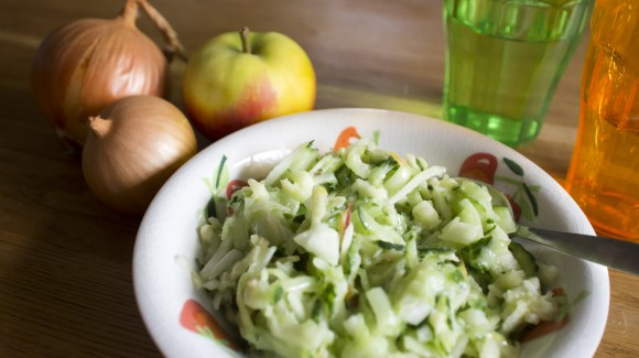 Three-ingredient side salad with cucumber, apple and onion