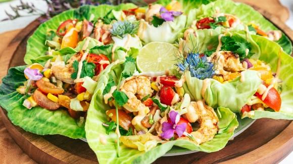 mini kool-taco's gevuld met garnalen en kruidige salsa
