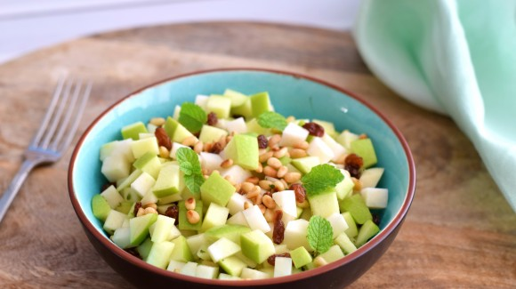 Koolrabi salade met appel, munt en rozijnen