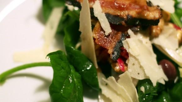 Grüner Salat mit salzigem Pancetta