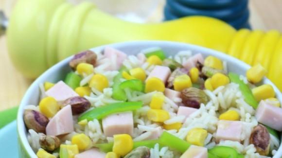 Ensalada de arroz, pimiento verde, maíz, pavo y pistachos