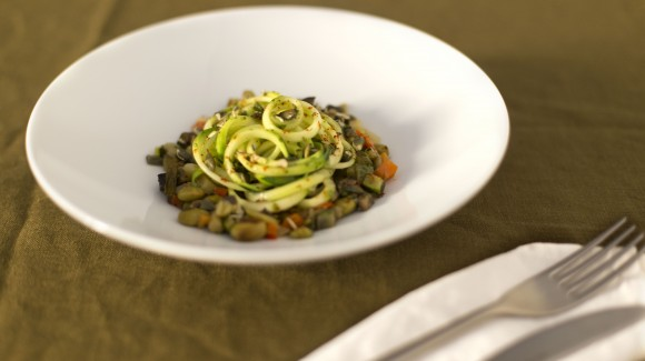 Noodles di zucchine con mirepoix di verdure e edamame al forno