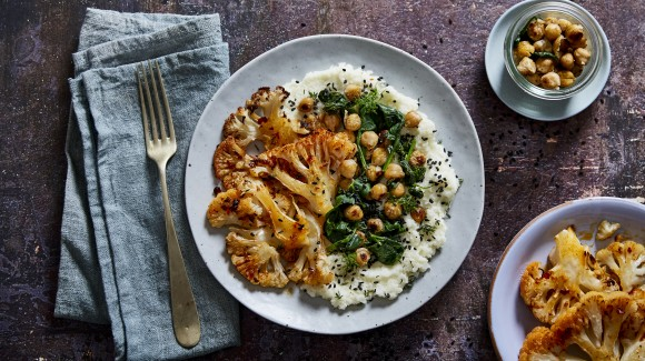 Crema di cavolfiore e cavolfiore arrostito all'harissa con insalata di ceci e spinaci