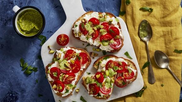 Crostini mit Ricotta, Tomaten und Pistazienpesto
