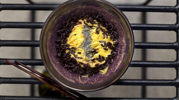 Riso viola e noodles integrali con crema di zafferano e verdure croccanti