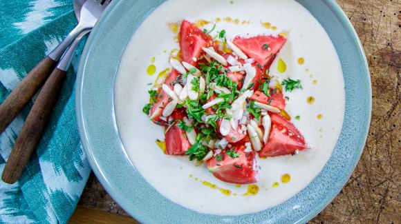Ajo Blanco (kalte Mandelsuppe) mit Tomatensalat