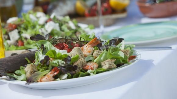 Salade méditerranéenne aux crevettes, croûtons et tomates rôties