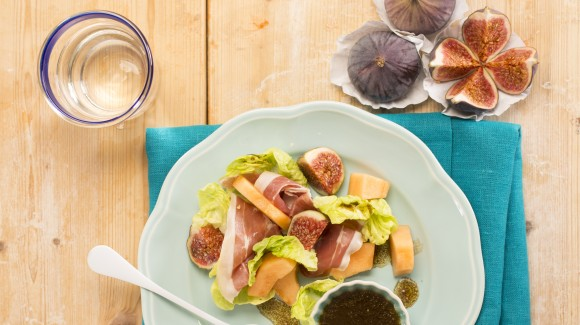 Melon salad with romaine lettuce, figs, prosciutto and balsamic dressing