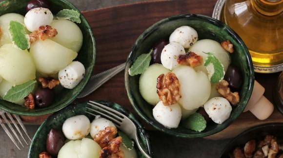 Meloensalade met mozzarella en gekarameliseerde walnoten