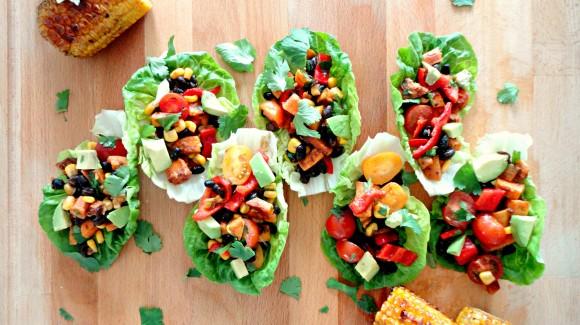 Mexikanischer Salat mit gegrilltem Mais – serviert im Romanasalatblatt