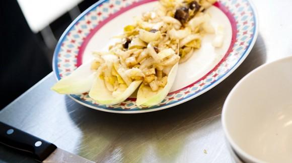 Ensalada de achicoria con manzana, queso Parmesano y aderezo de ajonjolí