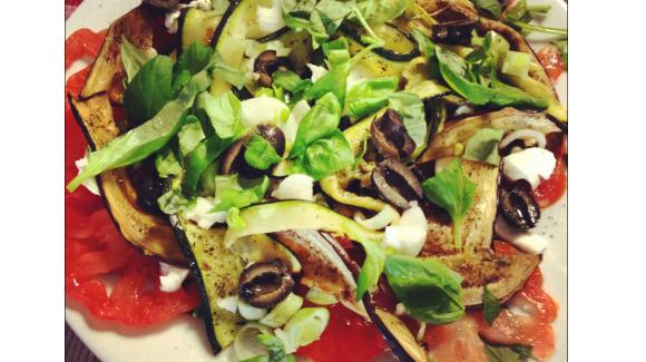Salade avec mozzarella, tomates coeur de boeuf, aubergine et courgette