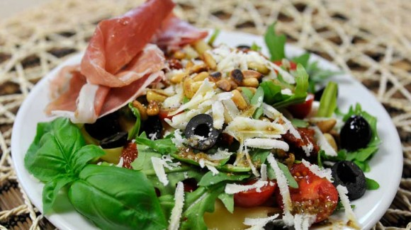 Italiaanse pasta salade met rucola, basilicum en tomaatjes