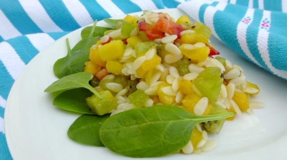 Erfrischender Nudelsalat mit Obst