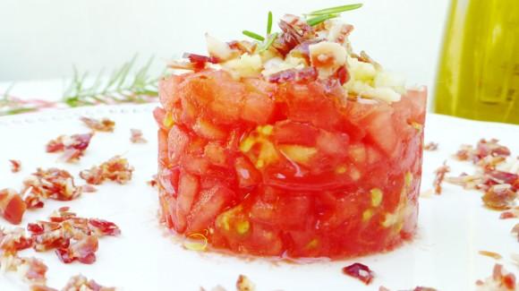 Tartar de tomate y virutas de jamón con aroma de romero