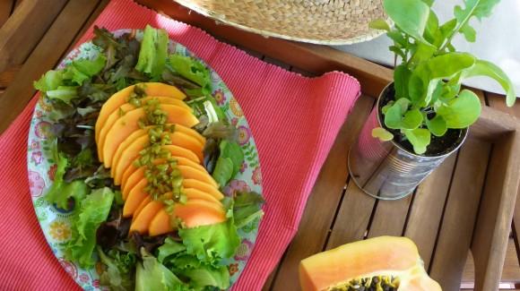Ensalada de papaya con aliño agridulce de pepinillos.