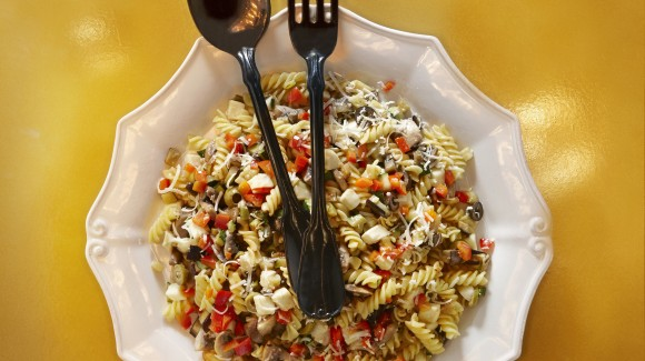 Nudelsalat mit Champignons, Mozzarella und Auberginen