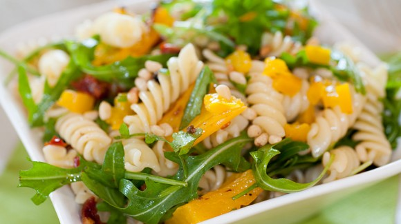 Nudelsalat mit Paprika, getrockneten Tomaten und Pinienkernen