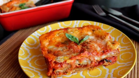 Pastel de berenjena, salsa de tomate y mozzarella (parmigiana di melanzane)