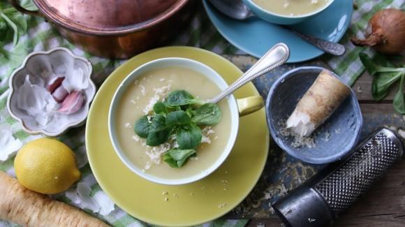 Pastinaaksoep met kokosmelk, citroen, geraspte mierikswortel en een topping van veldsla