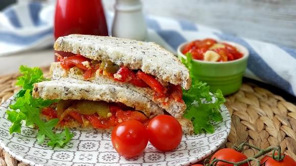 Sandwich de pimientos asados y cherry en pan de semillas