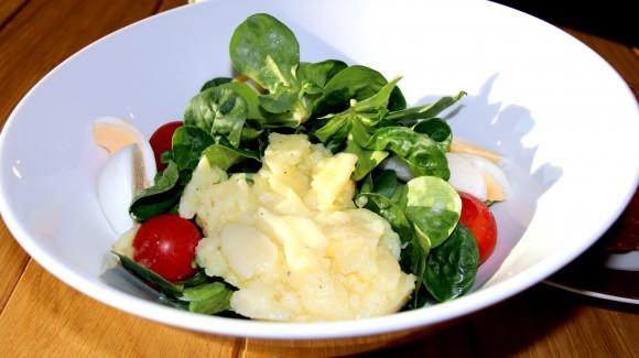 Картопляний салат с редисом, шпинатом та хрустким беконом