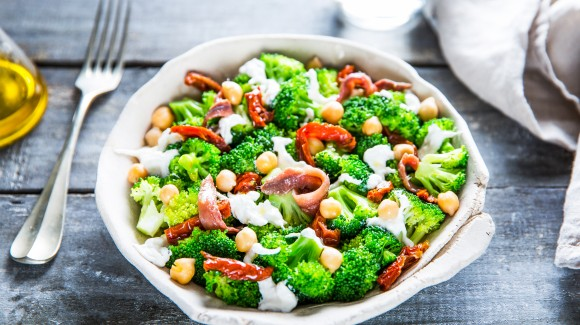 Broccoli salad with chickpeas and burrata