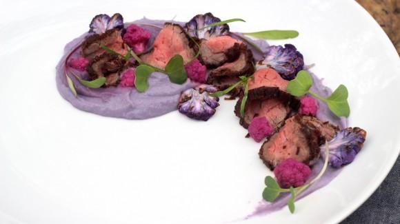 Rosbife com purê e pickles de couve-flor lavender