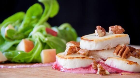 Salade met appel, geitenkaas en rode bietencrème