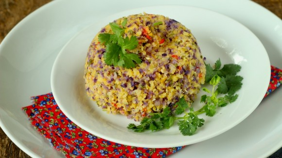 Cuscuz de milho com couve flor, pimenta de cheiro e coentro – com ou sem ovo de gema mole
