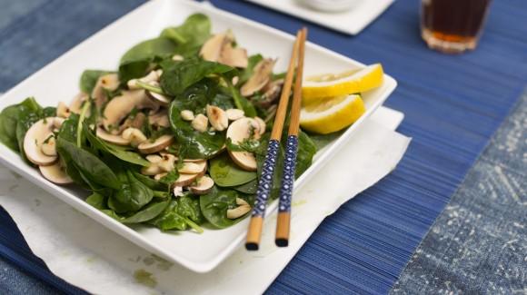 Salat mit rohen Pilzen, Spinat und Mandeln