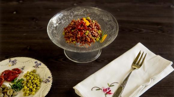 Il perfetto piatto unico: riso rosso integrale con pomodorini secchi, piselli, capperi, erba cipollina e scorza di arance