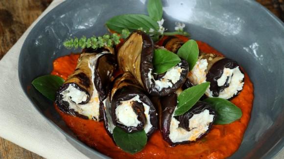 Rolinhos de berinjela com coalhada seca e molho de pimentão blocky sapecado