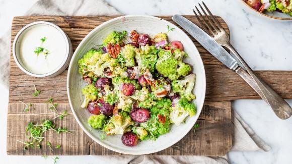 Salade van gegrilde romanesco en druiven
