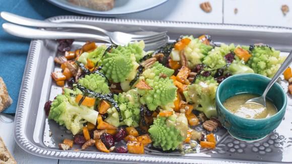 Salade met romanesco, zoete aardappel en tahin dressing
