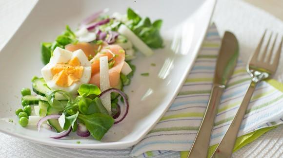 Koolrabi salade met gerookte zalm, veldsla, doperwtjes en een eitje