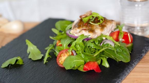 Salade met zalm, baby spinazie, chili & koriander