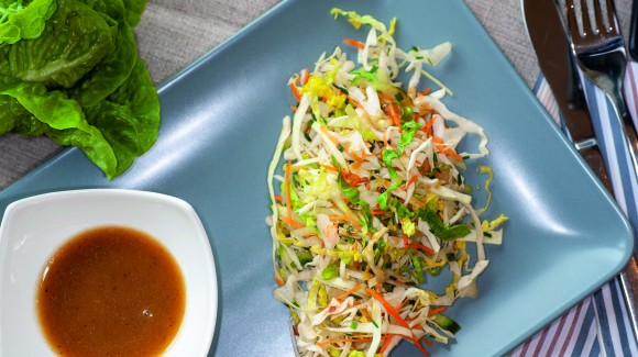 Mini-Salat-Kohl und Romana-Salat mit Honig-Senf-Dressing