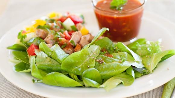 Salanova® Salat mit Putenwürfeln und Gazpacho-Dressing