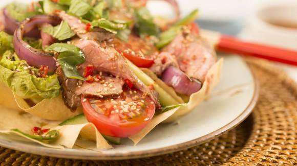 Asiatischer Salat mit Silky Pink, Beefsteak und gegrillten Salatherzen in knusprigem Filoteig
