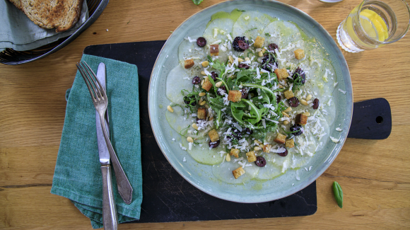 Kohlrabi carpaccio salad with blackberries, croutons and Pecorino