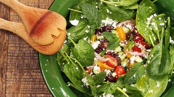 Salada grega com alface baby e rúcula selvática