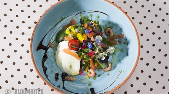 Salade met eetbare bloemen