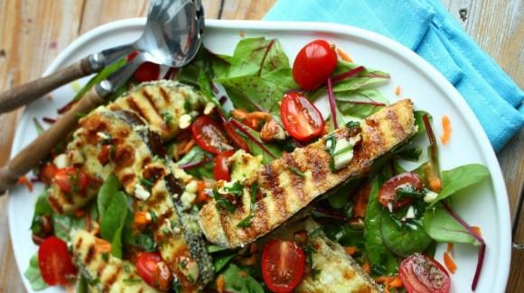 Salade met gebakken aubergine en tomaatjes