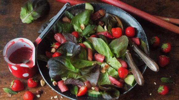 Salade van gegrilde rabarber, aardbei en botersla