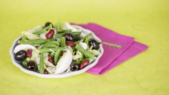 Mediterraanse salade van sperziebonen, olijven en kidneybonen