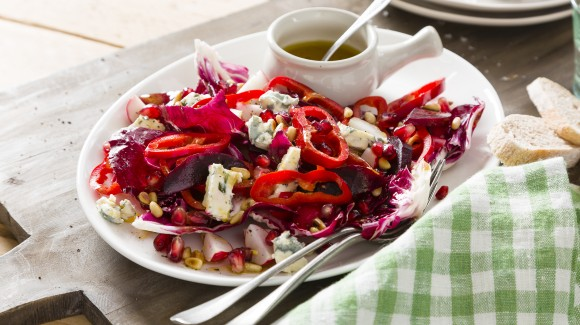 Salad with red pointed pepper and blue cheese