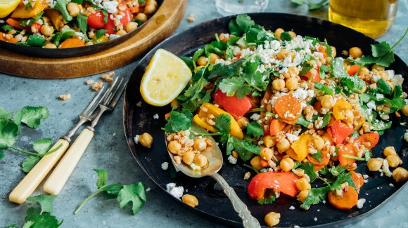 Easy take-away lunch salad with spelt, roasted vegetables from the oven, chickpeas, coriander and feta