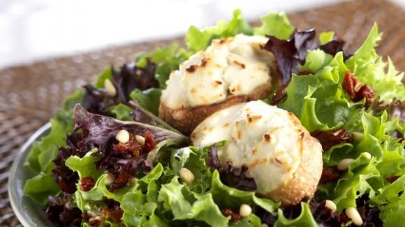 Mezcla de ensalada con queso de cabra y crostini