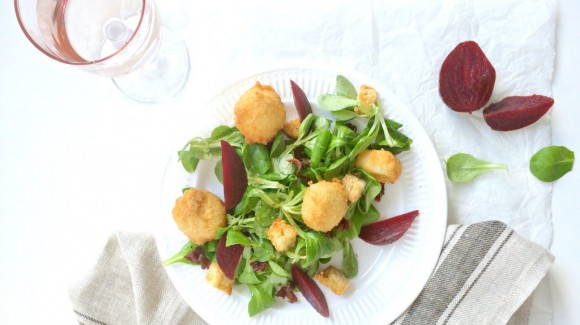 Salade van veldsla met gefrituurde geitenkaas